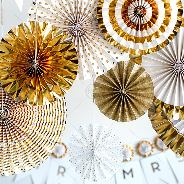 Fancy Party Fans in Ivory and Gold can't be beat. Showcase your style in every detail of your party's theme! 8 count.